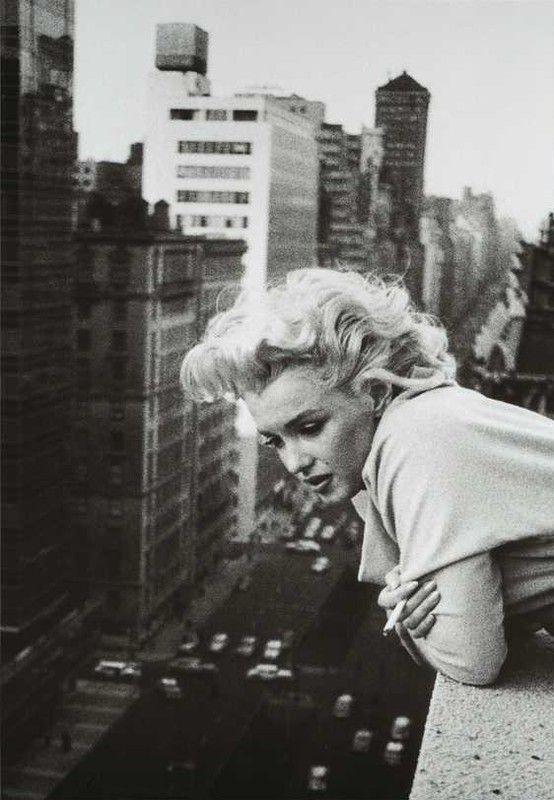 Marilyn Monroe at The Ambassador Hotel in NYC, photographed by Ed Fergeinst (1955 )